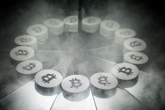 Crypto symbole monétaire de Bitcoin sur le miroir et couvert dans la fumée photos libres de droits