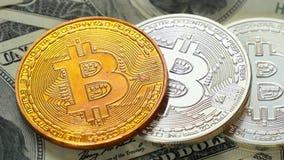 Crypto valuta är bitcoin och dollar Myntbitcoinlögn på hundra-dollar räkningar Blockchain är teknologin av lager videofilmer