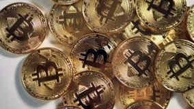 Crypto valuta för guld- Bitcoin BTC bitmynt på ett skrivbord 4K arkivfilmer
