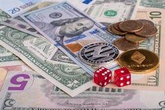 Crypto valuta myntar Ethereum och Litycoin som ligger på euro- och dollarsedlarna med röd tärning Begreppsblockchain, cryptocurre Royaltyfria Bilder