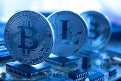Crypto valuta på ett moderkort i blått arkivfoton