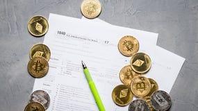 Crypto valuta: Sidor av skattformen 1040 och en scatter av myntbitcoin, ethereum fotografering för bildbyråer