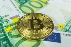 Crypto valutabegrepp - en bitcoin med euroräkningar royaltyfria foton
