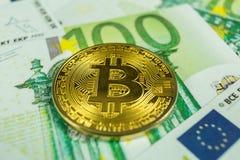 Crypto valutabegrepp - en bitcoin med euroräkningar arkivbilder