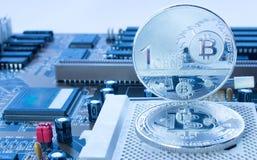 Crypto valutabitcoin, en cent på moderkortet Fotografering för Bildbyråer