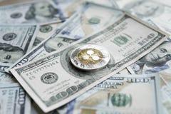 Crypto valutakrusningsxrp och oss dollarpengarbakgrund Blockchain och cybervaluta globala pengar utbyte Arkivbild