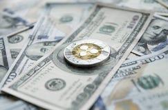 Crypto valutakrusningsxrp och oss dollarpengarbakgrund Blockchain och cybervaluta globala pengar utbyte Royaltyfri Bild