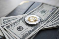 Crypto valutakrusningsxrp och på den dollarpengarbakgrund och anteckningsboken Blockchain och cybervaluta globala pengar Royaltyfri Fotografi