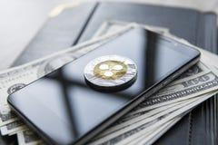 Crypto valutakrusningsxrp på smartphonen och oss dollarpengarbakgrund Blockchain och cybervaluta globala pengar Royaltyfri Fotografi