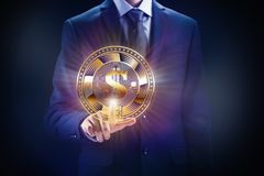 Crypto valutakvarterkedja, affär som bryter begreppsdesign Mynt i hand som bit av e-kommers finans arkivbild