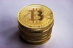 Crypto walut bitcoins na szarym tle Obrazy Royalty Free