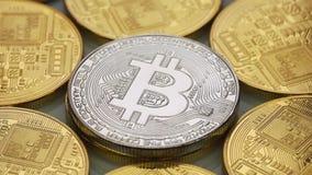 Crypto waluta Srebna i Złocisty Bitcoin wiruje clockwise kawałek monetę - BTC - Makro- strzelanina zdjęcie wideo