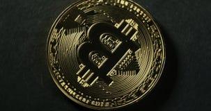 Crypto waluta Złocisty Bitcoin kawałek moneta - BTC - Makro- strzałów crypto waluta Bitcoin ukuwa nazwę wirować zdjęcie wideo