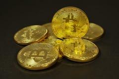 Crypto waluta Złocisty Bitcoins kawałek moneta - BTC - Makro- strzałów waluty Bitcoin crypto monety Obrazy Stock