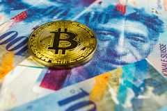 Crypto waluty poj?cie - Bitcoin z frank szwajcarski walut?, Szwajcaria fotografia stock