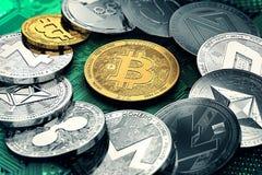Cryptocurrencies differenti con un interno dorato del bitcoin come il più importante illustrazione di stock