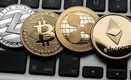Cryptocurrencies Ethereum, czochry, Bitcoin i Litecoin monety na komputerowej laptop klawiaturze, fotografia stock
