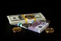 Cryptocurrencies sont dispersés sur la table sur un paquet de dollars et des euros, ils sont couverts de gouttes de l'eau photographie stock libre de droits