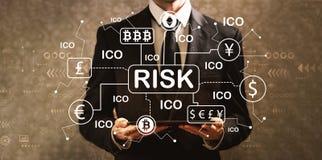 Cryptocurrency与拿着片剂comp的商人的风险题材 库存图片