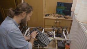 Cryptocurrency专家加密的系统信息键入的代码和数据关于个人计算机键盘被连接到gpu开采的船具- 股票录像
