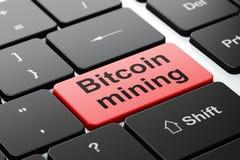 Cryptocurrency概念:在键盘背景的Bitcoin采矿 库存图片