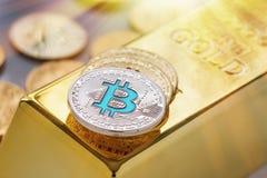 Cryptocurrency物理bitcoin的概念与金制马上的齿龈和旭日形首饰作用的 免版税库存图片