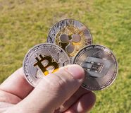 Cryptocurrency硬币在手上;Bitcoin,波纹,破折号 免版税库存照片
