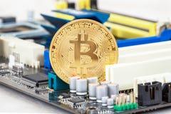 Cryptocurrency说谎在电子计算机com的金黄Bitcoin 免版税库存图片