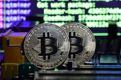 cryptocurrency采矿的数字式过程通过使用GPUs的 Bitcoins和显示卡在一个运作的显示和开采的屏幕 免版税图库摄影