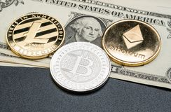 Cryptocurrency银和金子Bitcoin, litecoin,在玩偶的ethereum 库存照片
