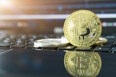 Cryptocurrency铸造- Bitcoin, Litecoin, Ethereum,波纹物理bitcoins金子和银币的cryptocurrency概念股票 免版税库存照片