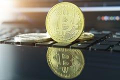 Cryptocurrency铸造- Bitcoin, Litecoin, Ethereum,波纹物理bitcoins金子和银币的cryptocurrency概念股票 库存照片