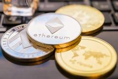 Cryptocurrency铸造- Ethereum, Bitcoin, Litecoin,波纹物理bitcoins金子和银币的cryptocurrency概念股票 免版税库存照片