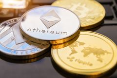 Cryptocurrency铸造- Ethereum, Bitcoin, Litecoin,波纹物理bitcoins金子和银币的cryptocurrency概念股票 库存照片