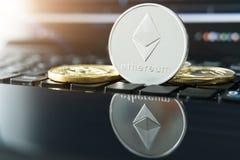 Cryptocurrency铸造- Ethereum, Litecoin, Bitcoin,波纹物理bitcoins金子和银币的cryptocurrency概念股票 免版税库存照片