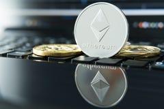 Cryptocurrency铸造- Ethereum, Litecoin, Bitcoin,波纹物理bitcoins金子和银币的cryptocurrency概念股票 库存照片