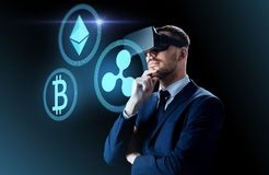 Cryptocurrency και επιχειρηματίας στην εικονική κάσκα στοκ φωτογραφίες