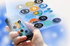 Cryptocurrency - οικονομική τεχνολογία και χρήματα Διαδικτύου - smartphone στα σημάδια χεριών και νομισμάτων Στοκ φωτογραφία με δικαίωμα ελεύθερης χρήσης