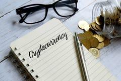 Cryptocurrency που γράφεται σε ένα σημειωματάριο στοκ εικόνες