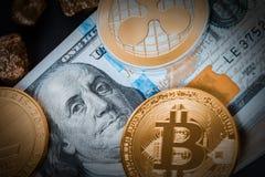 Cryptocurrency и 100 долларовых банкнот стоковое фото