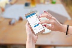 Cryptocurrency покупки женщины с мобильным телефоном Стоковое Изображение