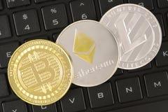 Cryptocurrency чеканит на клавиатуре Bitcoin, Ethereum, Litecoin Cr стоковая фотография