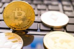 Cryptocurrency acuña - Bitcoin, Litecoin, Ethereum, acción del concepto del cryptocurrency de la ondulación de oro físico de los  Fotos de archivo