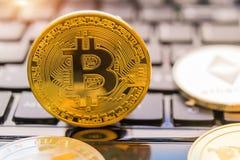 Cryptocurrency acuña - Bitcoin, Litecoin, Ethereum, acción del concepto del cryptocurrency de la ondulación de oro físico de los  Fotos de archivo libres de regalías