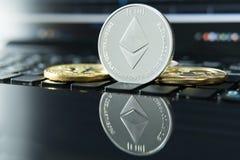 Cryptocurrency acuña - Ethereum, Litecoin, Bitcoin, acción del concepto del cryptocurrency de la ondulación de oro físico de los  Fotos de archivo libres de regalías