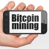 Cryptocurrency begrepp: Räcka hållande Smartphone med Bitcoin som bryter på skärm Arkivbild