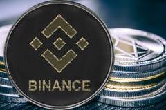 Cryptocurrency Binance da moeda no fundo de uma pilha de moedas BNB foto de stock