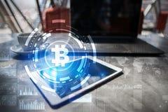 Cryptocurrency Bitcoin Οικονομική τεχνολογία Χρήματα Διαδικτύου χρυσή ιδιοκτησία βασικών πλήκτρων επιχειρησιακής έννοιας που φθάν Στοκ Εικόνα