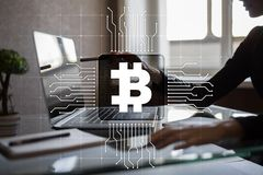 Cryptocurrency Bitcoin Οικονομική τεχνολογία Χρήματα Διαδικτύου χρυσή ιδιοκτησία βασικών πλήκτρων επιχειρησιακής έννοιας που φθάν Στοκ εικόνες με δικαίωμα ελεύθερης χρήσης