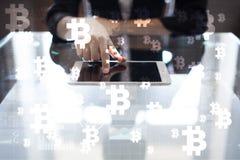 Cryptocurrency Bitcoin Οικονομική τεχνολογία Χρήματα Διαδικτύου χρυσή ιδιοκτησία βασικών πλήκτρων επιχειρησιακής έννοιας που φθάν Στοκ φωτογραφίες με δικαίωμα ελεύθερης χρήσης